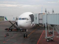 ホテルを出発したのは早朝でしたが、無料バスはすぐに来てくれました。ジャカルタからロンドン行GA86便でシンガポールまで搭乗。