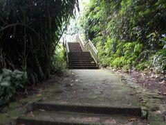 暑い中階段を登って行きます。