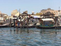 さてさてドバイ観光スタートです。 今回のテーマは「オールドドバイ」 きらびやかでゴージャスなドバイではなく、昔日のアラブを体験したいと思います。  覚悟はしてたけど、暑いっすね~。。 ホテルから徒歩5分程度のところに、「アブラ」という渡し舟の乗り場があります。 まずは、このアブラでドバイクリークの対岸へ渡ります。