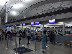 無事タンソンニャット空港に到着。 しかし入口が非常に判りずらい。 23:25発のJL070便で羽田へ向かいます。