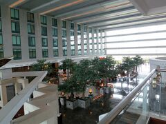 きょうはバンコクから香港へ折り返し、日付けが変わって香港から関西に戻ります。 泊まっていたホテルはノボテルスワンナプームエアポート。 ホテルの中は、ご覧の通りは吹き抜けです。 いざ、スワンナプーム国際空港へ!