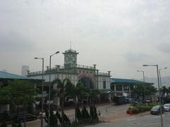 スターフェリーの中環側の駅。  ここから空中歩道を歩いて、バスターミナルを目指します。  バスターミナルは香港駅と中環駅のちょうど間にある「交易広場」というところにあります。  わかりにくかった。ウロウロ歩いている間に、偶然バス停を見つけられた感じ。