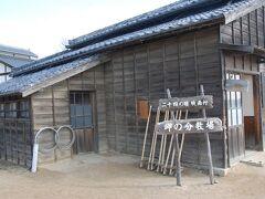 こちらは映画村の分教場、本物と違って観光客も多い。