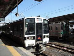 郡山10:44発 会津若松行きです。  磐越西線は、赤べこがマークで、車体のあちこちに書いてあります。