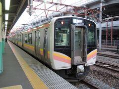 新津着は、会津若松を発ってから2時間40分後の17:11です。  新津17:35発の信越本線で新潟に向かいます。  新潟着は17:55なので、あと一息です。