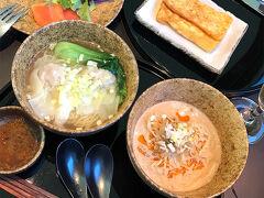 羽田空港のキャセイのラウンジで朝ごはん。 ワンタン麺、担々麺、サラダ、フレンチトースト。