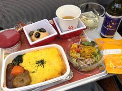 さて、やっと出発です。 3連休ということもあり、満席エコノミー。  JALの機内食です。