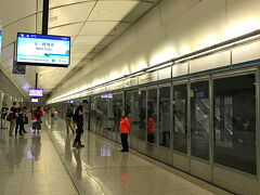 ホテルをチェックアウトして、九龍駅へ。  香港駅と九龍駅ではインタウン・チェックインができて超便利。 駅で、搭乗手続きと手荷物の預け入れまでできちゃいます。  そのまま手ぶらで空港へ〜。