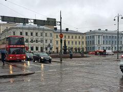 ヘルシンキ到着日は、雨。  空港からは、バスで中央駅まで行って、 そこからトラムか徒歩でホテルへ行こうと考えてましたが、 土砂降りの雨の中、スーツケースはきついので、 空港からそのままタクシーでホテルへ。
