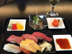 JALラウンジで朝食。 お寿司を目の前で握ってくれるなんて、 なんて素晴らしいサービス☆ だから、羽田より成田のほうがスキ♪