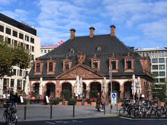 さらに歩いて行くと、 Hauptwache(ハウプトバッヘ)に着きました。 この辺はフランクフルトの中心街になるのかな。 デパートとかカフェとかがたくさんあります。   ここのカフェ、昔ランチしたことあるかも!(7年前ね…)
