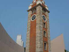 時計塔を近くで見ます。
