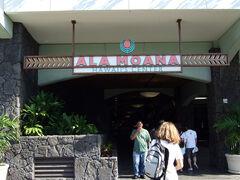4日目。 朝からトロリーに乗って、アラモアナ・センターへ。 ヒルトンからは歩いていける距離ですが、 ちょうどホテルにトロリーが停車するので乗ってみました。