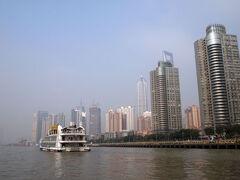 その後、外難側からフェリーに乗って黄浦江を渡り対岸へ。
