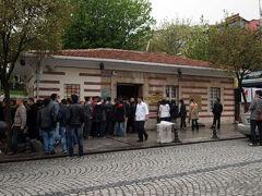 トプカプ宮殿の次は地下宮殿。  宮殿と言っていますが、 ほんとはYerebatan Sarnıcıという 地下貯水池です。  地図をみながら歩いてたのですが、 それらしきものが見当たらず… でも、場所は絶対ここなのに。 しばらくあっち行ったりこっち行ったり… とっても分かりにくい感じで、 地下宮殿の入口を発見。 ここ、公衆トイレかと思ってた…   いくら地下宮殿とはいっても、 ご立派な建物を想像してたので、 その存在に、全然気がつきませんでした。  ここでチケット買って、中に入ります。