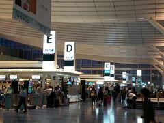 金曜日のこの時間、羽田の国際線ターミナルはワクワク感でいっぱいです。