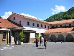 御巣鷹の尾根は群馬県上野村にあります。上信越道の下仁田ICから30kmのところです。  ヴィラせせらぎで上野振興公社の瀧澤さんと待ち合わせ。 上野振興公社は上野村の観光施設や宿泊施設を運営しているところです。  なんかスペインのパラドールのような建物だ!
