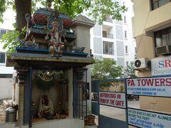 チェンナイホテルの庭の片隅にあった、祠のようなもの。  インドの旅の始まり始まり~って感じ。