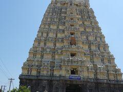 カーンチープラム着。  まずはエーカンバラナータル寺院へ。  バスから降りると暑いし熱い。  地面の暑さで、サンダルの底が取れました(^^ゞ  境内へはサンダルを脱いで裸足で入ります。    そして、インドの地名はとっても言いにくいし覚えにくい…
