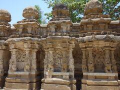 次はカイラーサナータル寺院へ。  ここも裸足で入らなければならないのですが、  石の地面が熱くて熱くて、わずかな日蔭を探して歩きました。