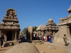 マハーバリプラムのファイブ・ラタ。  五つの石彫りの寺院です。  日本のお寺は木造ですが、ここでは石を掘ってお寺の建物にしてあります。
