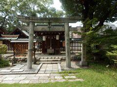 浄瑠璃神社(境内社) 神社境内に鎮座されている、御祭神が近松門左衛門及び文楽の先賢が祀られている、現在は文楽はもとより日本舞踊や琴などの諸芸上達の守護神として篤い信仰がある。実在の人物が御祭神になっているので親しみが感じられます、参考資料+社殿前に設置の説明板