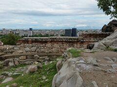 ネベットテペの遺跡  紀元前4世紀にトラキア人の要塞を築いた場所で、マケドニアのフィリッポ2世にもそのまま引き継がれたそうです。でも、息子のアレクサンドロス大王の代には放棄されてしまったそうです。今もそのまま、無料で誰でも自由に入れ、触れることができます。