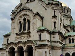 アレクサンドル・ネフスキー教会です。  5000人を収容するブルガリアで最大で、最も美しい教会です。1882年から40年かけて完成しました。高さ60mの金色のドームがあります。ネオビザンチン様式です。勿論内部は撮影禁止。
