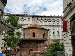 聖ゲオルギ教会  現存するソフィア最古の建物です。古代都市セルディカの一部。4世紀に建てられた円形の教会で、内部には12~14世紀に描かれたフレスコ画が残っているそうです。  シェラトンソフィアホテルに取り囲まれる形で残っています。