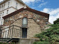 聖ペトカ教会  地下道から屋根だけを地表に突き出しています。  オスマン朝の治世下にあった14世紀、イスラム全盛の時代だったので、このような形しか取れなかったキリスト教の教会が可哀想。