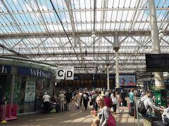 エディンバラの駅は、正式にはエディンバラ・ウェーバリー駅。 観光客が多く、とっても賑やかでした。  ちなみに気温は涼しくて快適!