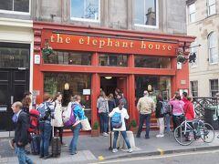がっつり食べた朝食のカロリーが綺麗に消化され、小腹も空いたところで、スコットランドの名物料理ハギスを食べにやってきました。  ここ、エレファント・ハウスは、J.K.ローリングがハリポタ1作目を書いたカフェとして有名で、観光客がひっきりなしに押し寄せてます。 朝に9と3/4番線に行ったり、なんだかこの日はハリポタづいてます。