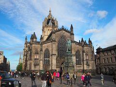次に行ったのは、セント・ジャイルズ大聖堂。 ノース・ブリッジとエディンバラ城の間にあり、王冠の形をした屋根と堂々たるゴシック建築が一際目を引く建物です。 1120年の創建。