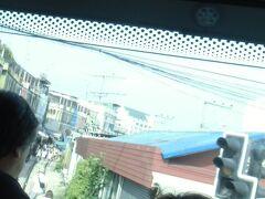 一時間半ほど走ったところ。  バスの中から無理やり撮ったけど、これ、線路市場なんだそうです。 確かに線路が見えた。