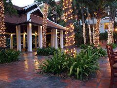 夜は、MANOHRA CRUISEというディナークルーズへ。  Anantara Bangkok Riverside Resort & Spa(旧マリオット リゾート&スパ) が運航するマノーラ号に乗ってディナーです。  というわけで、 ちょっとおめかししまして、アナンタラホテルへ。