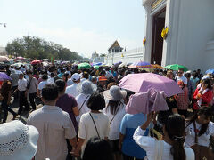 すっごい人!!! 観光客+参拝に訪れたタイ人で、門の前に人があふれてます。 入るだけで、炎天下にさらされ、もう心折れたワタシ。