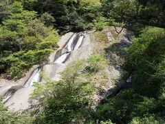 男女滝 向かって左側がゆるやかな流れの「女滝」(本滝)、右側が急傾斜の「男滝」(支流)で、一本になるため夫婦の意味で名付けられたそうです。