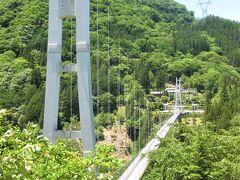 村の観光の目玉スカイブリッジ。  長さ225m、高さ90mあるそうです。 30分おきにシャボン玉を飛ばします。