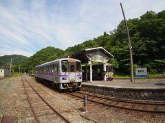 """中国山地の山の中にある交通の要衝、 備後落合駅に到着しました。 新見駅より所要時間""""1時間24分""""です。  ここは、JR西日本の岡山支社・米子支社・広島支社の境界のため、 全列車が当駅で折り返し運転です。"""