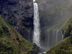 東照宮の次はいろは坂を通って、華厳の滝へ。  すごい迫力と水しぶき!