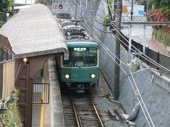 極楽寺駅に到着する江ノ電。