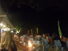 夕食はホテル バラットのレストランへ。宿泊していたコーラルベイからは徒歩2,3分ほど。  かなり混み合ってました。