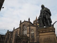 聖ジャイルズ大聖堂とアダム・スミスの像。  『国富論』を記した彼は、スコットランドの出身です。