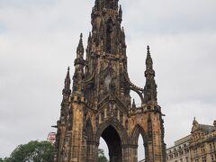 スコットランドの詩人・小説家である、サー・ウォルサー・スコット(1771-1832年)の記念碑。 恥ずかしながらここに来るまで知らなかったのですが、スコットランド銀行発行の全ての紙幣に肖像画が使われているほど有名な方のようです。 代表作は『湖上の美人』、『アイヴァンホー』など。  知らない知識を得られるというのも旅の醍醐味です。