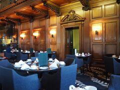 会場はホテルの一階。 とっても広くて、重厚感のある空間……。 こういう非日常に身をおけるって素晴らしい。
