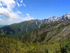 黒菱平まで上がってくると、遠見尾根を通して五竜岳、鹿島槍ヶ岳の展望が開けます。