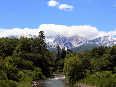白馬では、大出の吊り橋に行きました。 あいにく山頂部には雲がかかってしまいましたが、容易にその雄大さが想像できました。