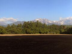 """信濃大町から東へ少し入ったところに、NHKの連続テレビ小説「ひまわり」のロケ現場として有名になった""""中山高原""""があります。 写真は、近くのサッカー場からの後立山の山々で、残念ながら雲に隠れているのが鹿島槍ヶ岳です。"""