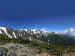 八方池山荘裏の展望台からの白馬三山です。 雲がとれて三山を見ることが出来ました。 左手の丸い山は八方山で、その裏に八方池があります。 登り約1時間半ほどの距離です。