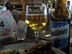 昼食は、昨日とは違うレストランで、ここでもビュッフェスタイル。 早めに入ってよかった。 私の後、各国の団体客がどっと入ってきた。(日本の団体もいた) Parrillaの所に行けば、炭火焼の肉やチョリッソなどを切り分けてくれるのに、 日本人はそれが分かってないみたい。  アルゼンチンのビールは Quilmes が美味しいよと、 これもブエノスアイレスの友人に教えてもらった。